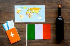 Gastronomisch toerisme Italiaanse voedselsymbolen Paspoort en kaartjes dichtbij Italiaanse vlag, fles rode wijn, kaart van royalty-vrije stock foto