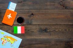 Gastronomisch toerisme Italiaanse voedselsymbolen Paspoort en kaartjes dichtbij Italiaanse vlag, fles rode wijn, kaart van royalty-vrije stock foto's