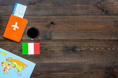 Gastronomisch toerisme Italiaanse voedselsymbolen Paspoort en kaartjes dichtbij Italiaanse vlag, fles rode wijn, kaart van stock afbeeldingen