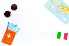 Gastronomisch toerisme Italiaanse voedselsymbolen Paspoort en kaartjes dichtbij Italiaanse vlag, glas rode wijn, kaart van de wer stock afbeelding
