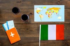 Gastronomisch toerisme Italiaanse voedselsymbolen Paspoort en kaartjes dichtbij Italiaanse vlag, glas rode wijn, kaart van de wer royalty-vrije stock foto