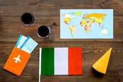Gastronomisch toerisme Italiaanse voedselsymbolen Paspoort en kaartjes dichtbij Italiaanse vlag, glas rode wijn, kaart van de wer royalty-vrije stock afbeelding