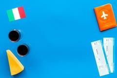 Gastronomisch toerisme Italiaanse voedselsymbolen Paspoort en kaartjes dichtbij Italiaanse vlag, glas rode wijn, kaasparmezaanse  stock afbeeldingen