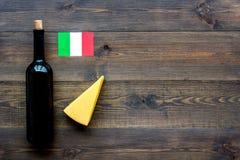 Gastronomisch toerisme Italiaanse voedselsymbolen Italiaanse vlag, kaasparmezaanse kaas en fles rode wijn op donkere houten royalty-vrije stock foto's