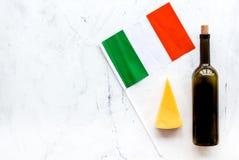 Gastronomisch toerisme Italiaanse voedselsymbolen Italiaanse vlag, kaasparmezaanse kaas en fles rode wijn op witte achtergrond stock afbeelding