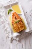 Gastronomisch Voedsel: Gebakken zalm met sinaasappel op een plaat Verticale bovenkant stock fotografie