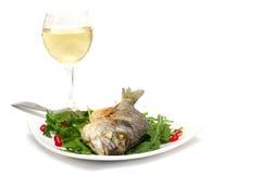 Gastronomisch voedsel - geroosterde vissen en wijn stock foto's