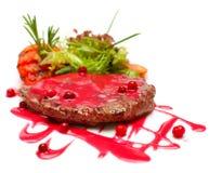 Gastronomisch voedsel - lapje vlees in rode saus stock afbeeldingen