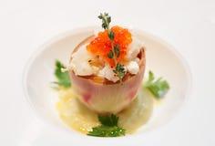 Gastronomisch voorgerecht met artisjok, zeevruchten, en zalmkuiten royalty-vrije stock foto