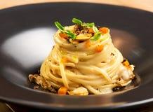 Gastronomisch voorgerecht met linguine, tweekleppige schelpdieren en truffel royalty-vrije stock foto's
