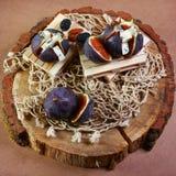 Gastronomisch voorgerecht van fig. met dorblyukaas, okkernoten en honing op houten stomp, traditioneel Turks dessert, Seizoengebo royalty-vrije stock fotografie