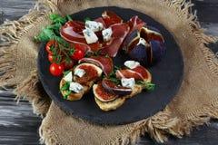 Gastronomisch voorgerecht van fig. Sandwich met prosciutto, dorblyukaas en fig. Authentiek Levensstijlbeeld Vlak leg Hoogste meni stock fotografie
