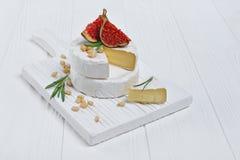 Gastronomisch voorgerecht van witte Briekaas of camembert met verse fig., pijnboomnoten en rozemarijnkruid stock fotografie