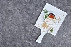 Gastronomisch voorgerecht van witte Briekaas of camembert met verse fig., pijnboomnoten en rozemarijnkruid op houten raad met exe stock foto