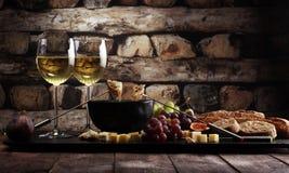 Gastronomisch Zwitsers fonduediner op een de winteravond met geassorteerde CH royalty-vrije stock fotografie