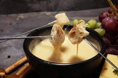 Gastronomisch Zwitsers fonduediner op een de winteravond met geassorteerde CH royalty-vrije stock afbeelding