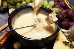 Gastronomisch Zwitsers fonduediner op een de winteravond met geassorteerde CH stock foto