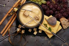 Gastronomisch Zwitsers fonduediner op een de winteravond met geassorteerde CH stock afbeelding