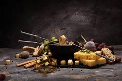 Gastronomisch Zwitsers fonduediner op een de winteravond met geassorteerde CH royalty-vrije stock afbeeldingen