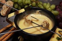 Gastronomisch Zwitsers fonduediner op een de winteravond met geassorteerde CH royalty-vrije stock foto