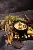 Gastronomisch Zwitsers fonduediner op een de winteravond met geassorteerde CH stock foto's