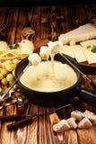 Gastronomisch Zwitsers fonduediner op een de winteravond met geassorteerde CH stock afbeeldingen