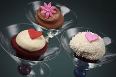 Gastronomische Buttercream Cupcakes in de Glazen van Martini Stock Afbeelding