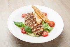 Gastronomische caesar salade met geroosterde vleesfilet, kersentomaten, Stock Foto's