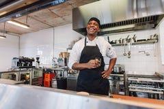 Gastronomische chef-kok die een onderbreking nemen Royalty-vrije Stock Afbeeldingen