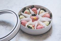 Gastronomische chocolade behandelde aardbeien in een ronde giftdoos stock afbeelding