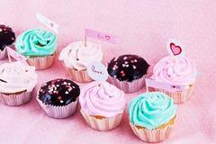 Gastronomische cupcakes met harten Stock Fotografie