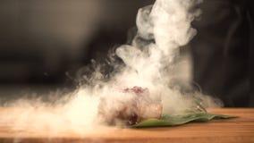Gastronomische de filet van het kokrundvlees Het vlees van het gebraden gerechtlapje vlees de chef-kok kookt voedsel in de keuken stock video