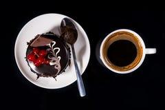 Gastronomische Donkere Chocoladecake met Zwarte Koffie Royalty-vrije Stock Afbeeldingen