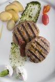 Gastronomische Geroosterde hamburger met gestroopte aardappels7top mening Stock Foto