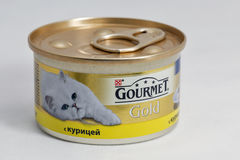 Gastronomische Gouden voedsel voor huisdierenblikken op witte achtergrond Stock Fotografie