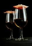 Gastronomische ham evenwichtig op glazen Spaanse sherry royalty-vrije stock foto