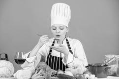 Gastronomische hoofdgerechtrecepten Heerlijk receptenconcept Meisje in hoed en schort Kokend gezond voedsel Verse product-groente royalty-vrije stock foto