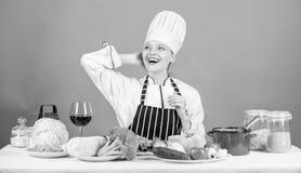 Gastronomische hoofdgerechtrecepten Meisje in hoed en schort Heerlijk receptenconcept Kokend gezond voedsel Verse product-groente royalty-vrije stock foto