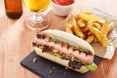 Gastronomische hotdog op leiraad Stock Foto's