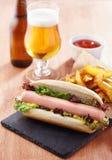 Gastronomische hotdog op leiraad Royalty-vrije Stock Afbeelding