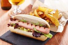 Gastronomische hotdog op leiraad Royalty-vrije Stock Foto's