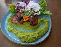 Gastronomische kippenschotel met salade stock afbeelding