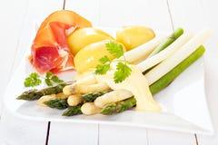 Gastronomische maaltijd van verse asperge en ham Stock Foto