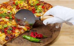 Gastronomische pizza die bereid zijn om te dienen Royalty-vrije Stock Foto's