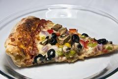 Gastronomische pizza op duidelijke glasschotel Royalty-vrije Stock Fotografie