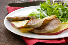 Gastronomische salade met geroosterde rundvleestong Stock Afbeelding