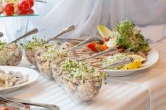 Gastronomische salades in glaskommen Stock Foto's