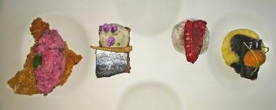 Gastronomische Snacksschotel in Local DE Ensayo, een Spaans restaurant van hoge Keuken stock afbeeldingen