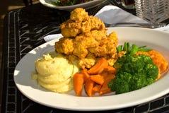 Gastronomische stijl-gepaneerde kip met wortel, broccoli Stock Foto's