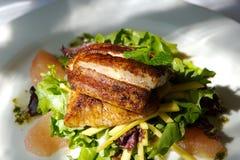 Gastronomische vissen en citrusvruchtensalade royalty-vrije stock afbeelding